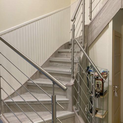 Rénovation sur un escalier en bois sombre