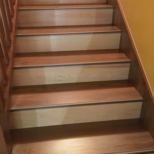 Escalier rénové en stratifié noyer et érable